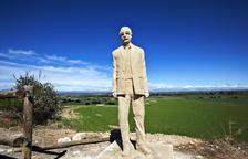 La escultura de Manuel de Pedrolo ya da la bienvenida a su pueblo, L'Aranyó