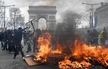 """Aumenta la violencia de los """"chalecos amarillos"""" en París"""