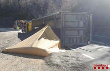 Grave un camionero al volcar en la N-230 entre El Pont y Sopeira